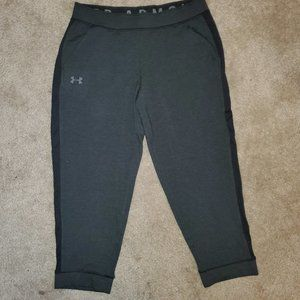 NWT - Under Armour capri leggings sz M